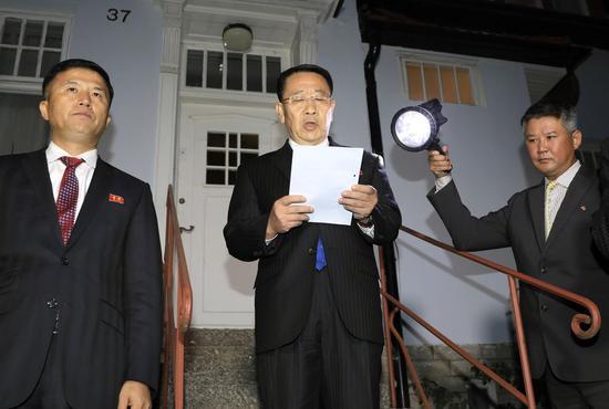 晨陈代表金明凶会后对媒体说话。(图源:好联社)