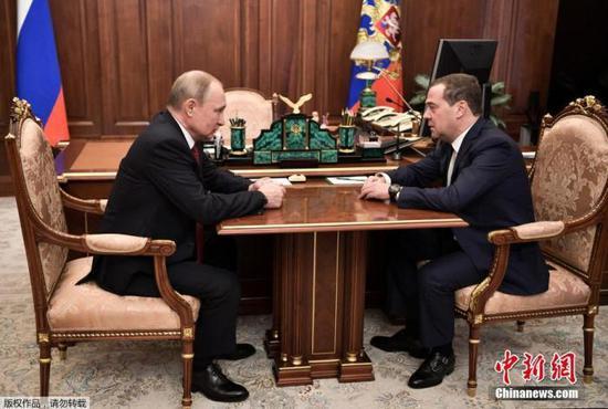 当地时间1月15日,俄罗斯总统普京(左)会见梅德韦杰夫(右)。据报道,梅德韦杰夫15日宣布其领导的政府已向总统普京提出辞职。