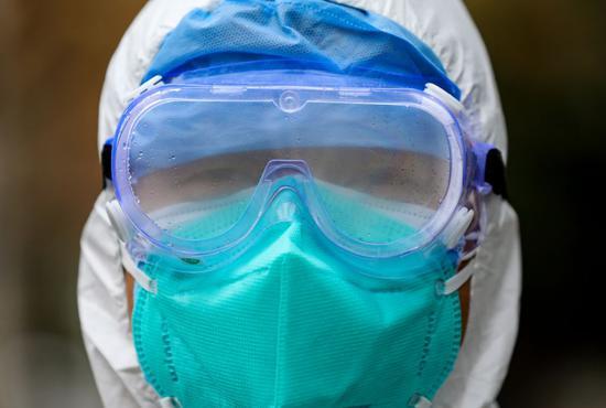 因为工作需要,工作时间必须戴上护目镜,寒冷的冬日里,护目镜上总隔着一层水雾。(高星 摄)