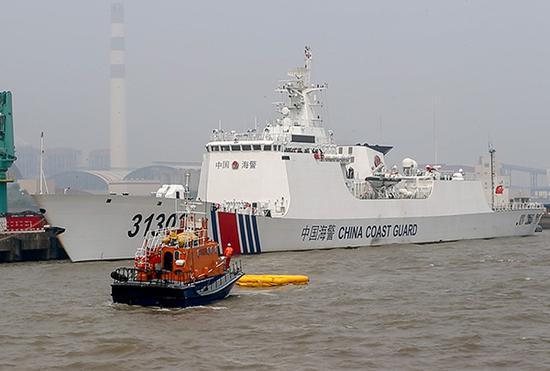 演习现场,救援船驶向落水者。
