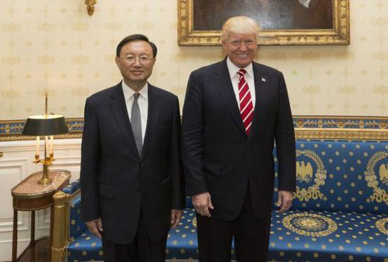 2017年6月22日,美国总统川普(右)在白宫会见正在华盛顿出席首轮中美外交安全对话的中国国务委员杨洁篪。(新华社)