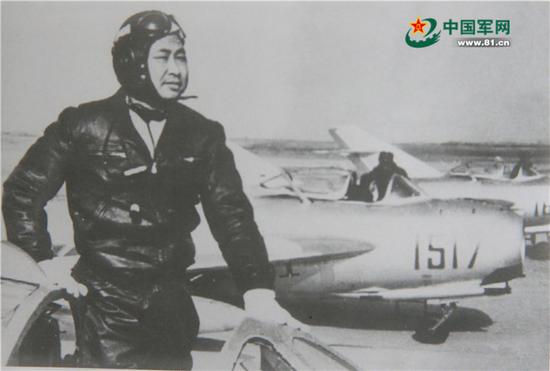 1965年,方槐任軍長時在丹東機場參加飛行。 中國軍網 資料圖
