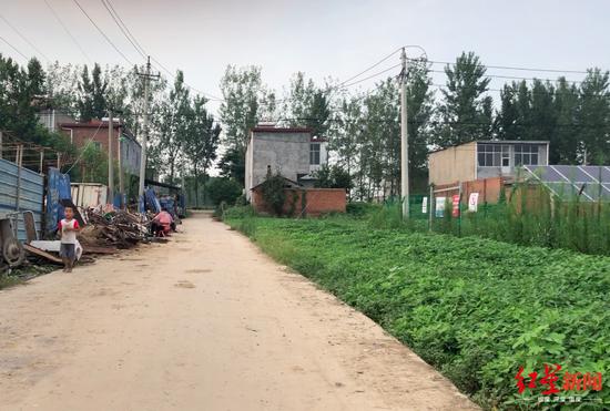 ↑村中小路,道路右侧是一排太阳能板,这是村里的光伏扶贫项目