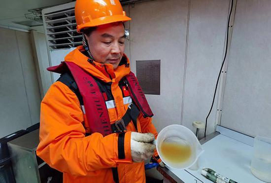 考察队员捕获的浮游生物样品