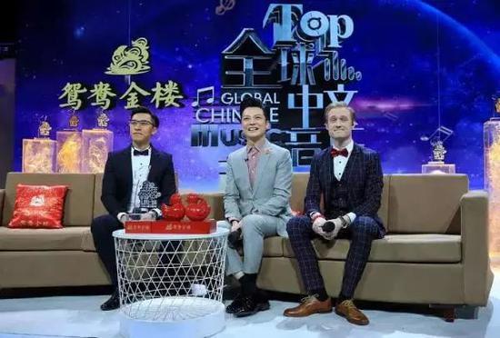 △《全球中文音乐榜上榜》直播现场,三台主持人共同亮相。