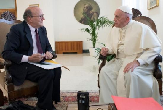 教皇接受采访画面(图片源自路透社)