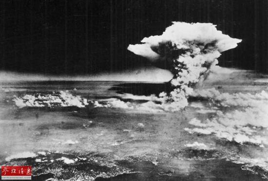 """圖?1945年8月6日,由""""艾諾拉 蓋伊""""號機組拍攝的在廣島上空升起的核蘑菇雲。"""