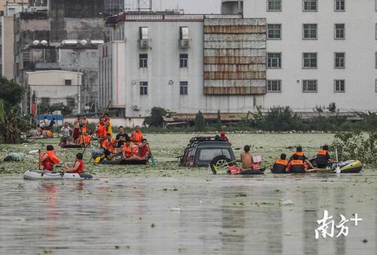 铜盂镇树香村的入口,不断有橡皮艇运送受灾群众出来。