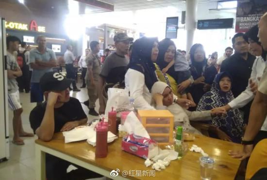 图1为乘客家属焦急的在机场等待最新消息 图据美联社;