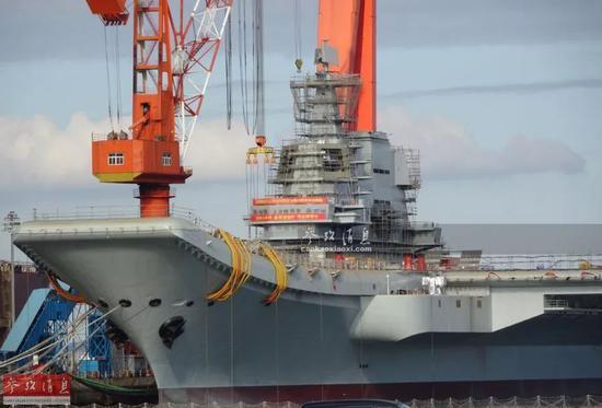▲2017年10月,仍在舾装中的001A航母,可见舰岛上林立的脚手架,以及甲板上堆放的各种施工设备。