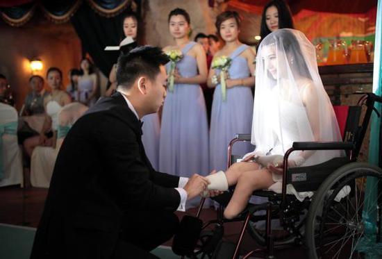 廖智婚礼上,爱人为她穿上义肢