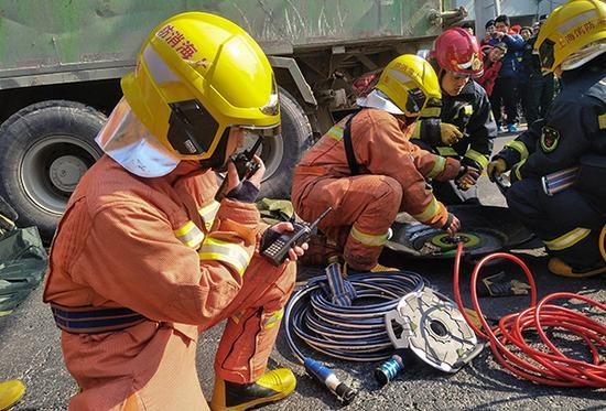 这是在上海市某街道一次车祸事故中,蒋雨航(左一)在现场指挥救援任务的资料照片(2018年2月5日摄)。新华社发