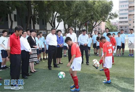 習近平在學校體育場觀摩小學生足球訓練課