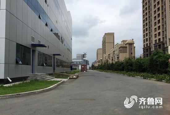 """厂区内""""静悄悄"""",多数厂房车间大门处于关闭状态,偶尔有人员走动。齐鲁网记者 张伟 摄"""