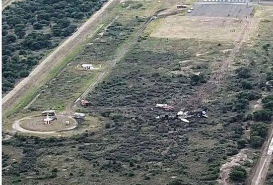 ▲事故發生後的現場圖,墜機地點就在跑道不遠處 圖據Getty Images