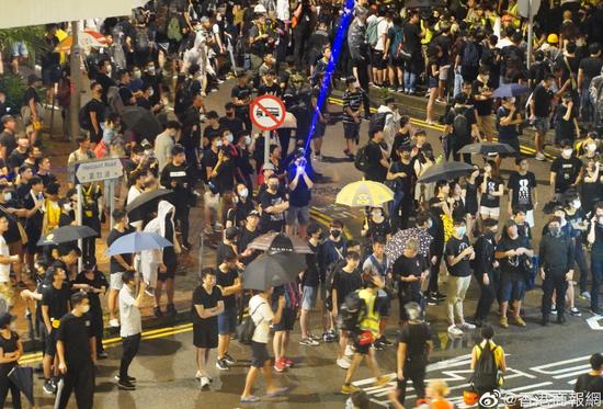 香港暴徒用激光照射解放军驻港部队总部