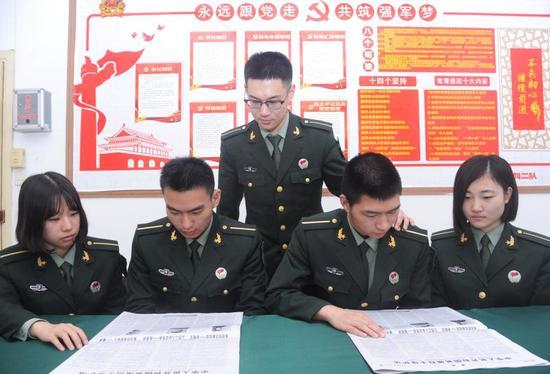 学员们学习《英雄烈士保护法》 徐连宗 摄影