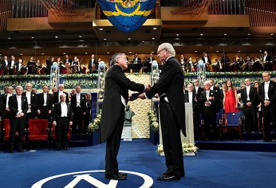瑞典国王卡尔十六世·古斯塔夫(右)给2017年诺贝尔文学奖得主石黑一雄颁奖。