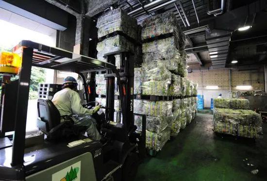 ▲资料图片:在日本东京都港区资源垃圾处理中心,工作人员运送初步处理好的塑料瓶。
