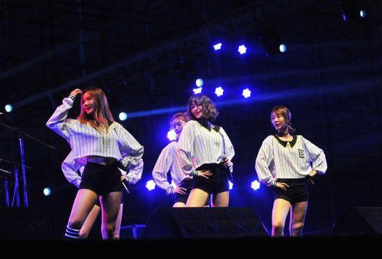 韓國女子組合EXID在音樂節現場表演。(新華社)