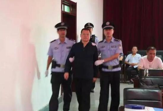 被告人赵红专在警方带领下到达庭审现场