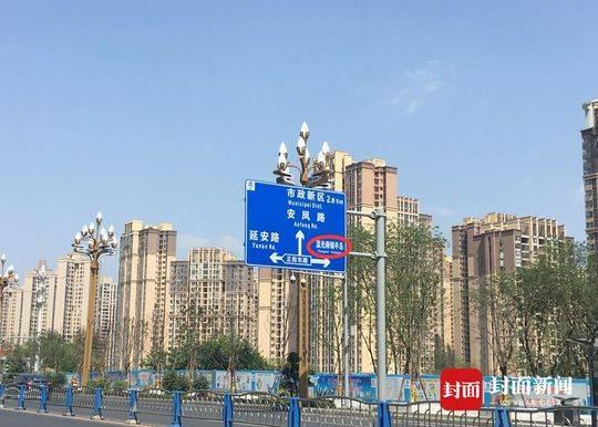 4月16日下午,被涂改的滨江中路向北指示牌依然挂置在路旁。