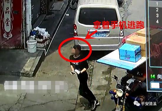 监控:男子买iPhone X选到付取货时抢走就跑