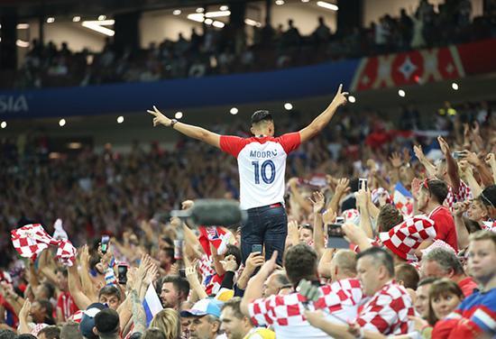 克罗地亚队成功杀进世界杯决赛,球迷放肆庆祝狂欢。 新华社 图