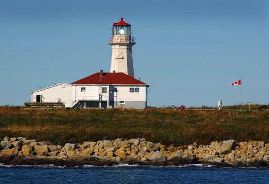 ▲资料图片:2003年,马柴厄斯海豹岛上飘扬着加拿大的国旗。尽管美加两国都宣称对该岛的主权,但是加拿大一直管理着岛上的灯塔。(美联社)