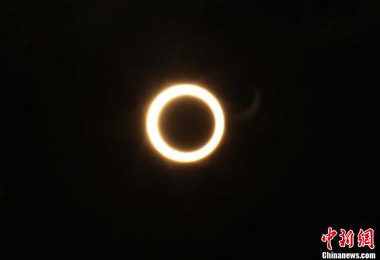 """资料图:2012年5月21日清晨,福州天空出现难得一见的""""日环食""""天文奇观。中新社发 杨婀娜 摄"""