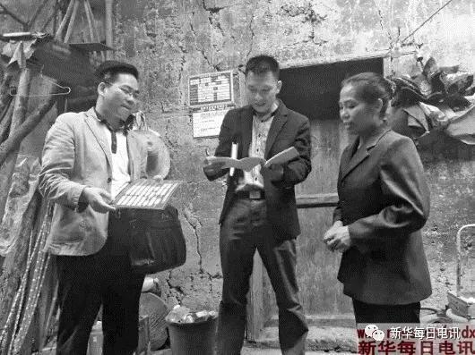 4月13日,蓝标河(左一)在融安县大坡乡同仕村走访贫困户黄芳强家庭。 受访者供图