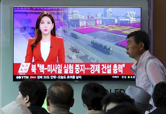 朝鲜决定自4月21日起停止核试验和洲际弹道导弹发射试验。图为韩国民众关注电视报道。东方IC 图