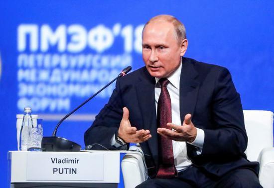 普京25日在圣彼得堡国际经济论坛上回答提问(路透社)