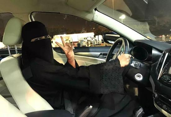 这是哈南开车行驶在利雅得街头。新华社记者王波摄
