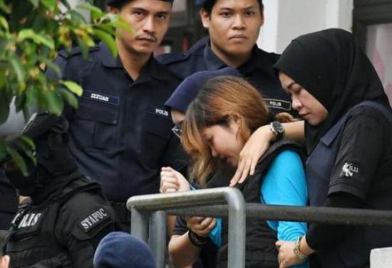 兩名嫌疑人之一艾莎(中)受審後離開法院。東方IC 資料圖。