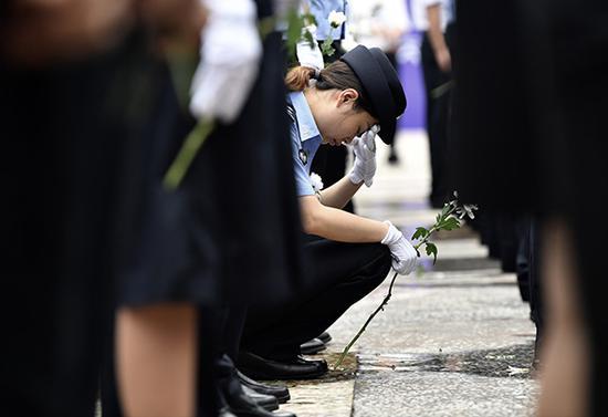 前来送别的民警。磅礴新闻记者 王鑫 图
