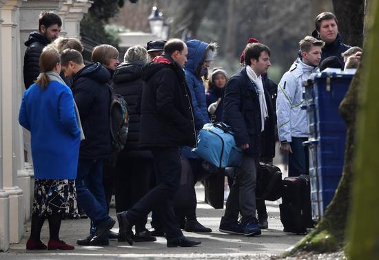 正在撤离的驻英俄罗斯大使和其家人们 图自卫报