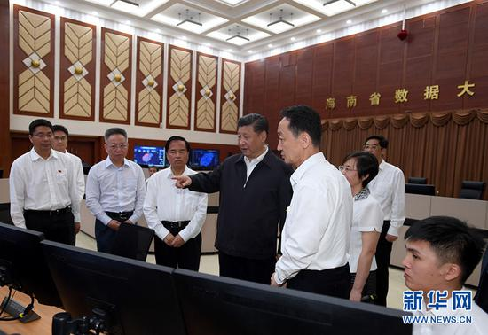 2018-08-21上午,习近平在海南省政务数据中心大厅考察。(图片来源:新华社)