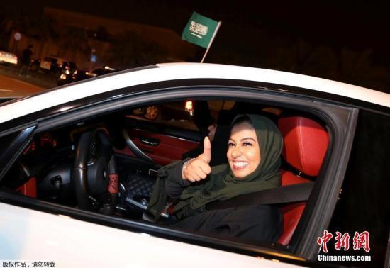 當地時間2018年6月24日,沙特阿爾科巴爾,沙特女性駕駛禁令正式解除,首批女司機上路。