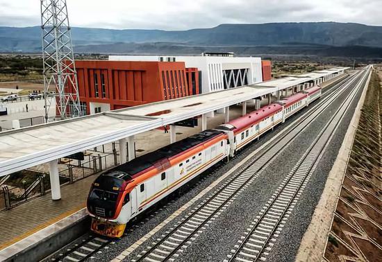 2019年9月10日,中企承建的肯尼亚内马铁路进行联调联试。新华社记者张宇摄
