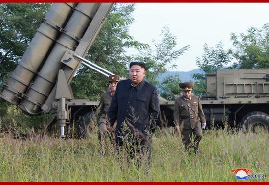金正恩指点超年夜型水箭炮试射。(图源:晨中社)