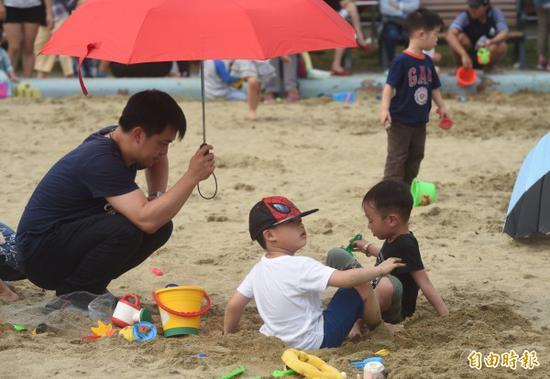 """岛内63%的20岁以上""""上班族""""没有小孩(图片来源:《自由时报》)"""