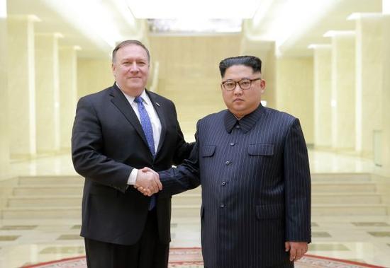 朝中社5月10日提供的照片显示,5月9日,朝鲜最高领导人金正恩(右)与到访的美国国务卿蓬佩奥握手。新华社/朝中社