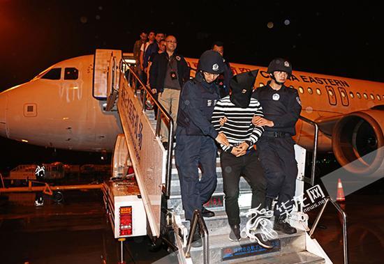 诈骗嫌疑人被警方从境外押解回重庆。警方供图