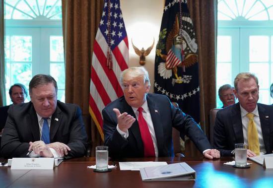 特朗普(中)16日在白宫召开内阁会议(路透社)