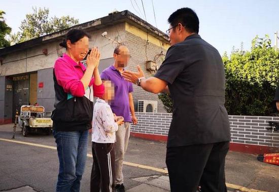 9月21日,顺义法院一行人来到皮皮家中,为其发放案款。摄/通讯员 杨正钦