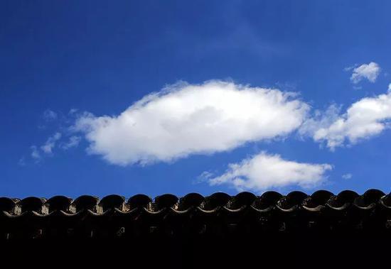 2019年3月13日,虎坊橋中式的屋檐與藍天白雲交相輝映。新京報記者 王貴彬 攝