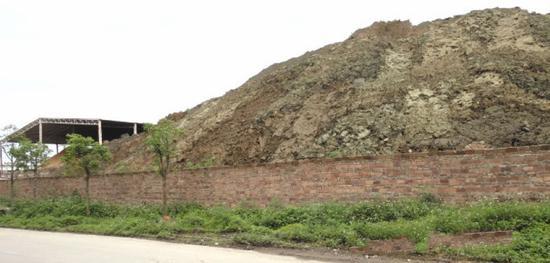 图4 阳春汇隆金属材料有限公司露天堆存的含铜污泥