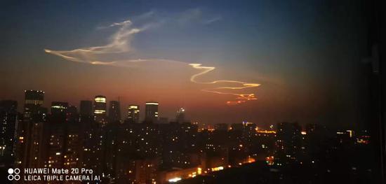 """北京市民争拍""""龙状祥云"""" 原来快舟火箭干的(图)"""