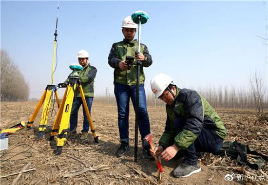 中铁上海工程局集团京雄城际铁路五标项目部工作人员在河北霸州进行坐标放样。